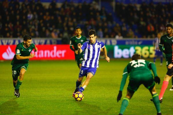Manu García controla el balón en un partido con el Alavés