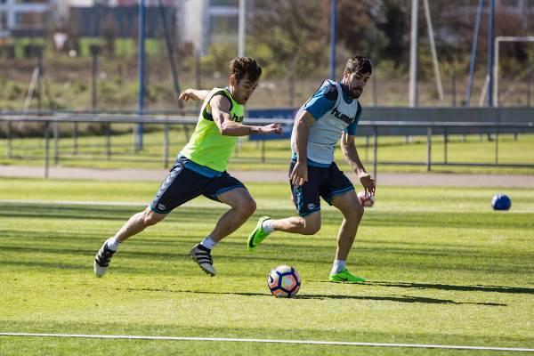 Ibai Gómez, entrevistado por Prokey Drinks, en un entrenamiento con el Deportivo Alavés